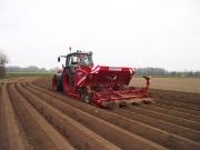 Mit dieser Maschine werden in einem Arbeitsgang die Kartoffeln in die Erde abgelegt und die Dämme darüber geformt