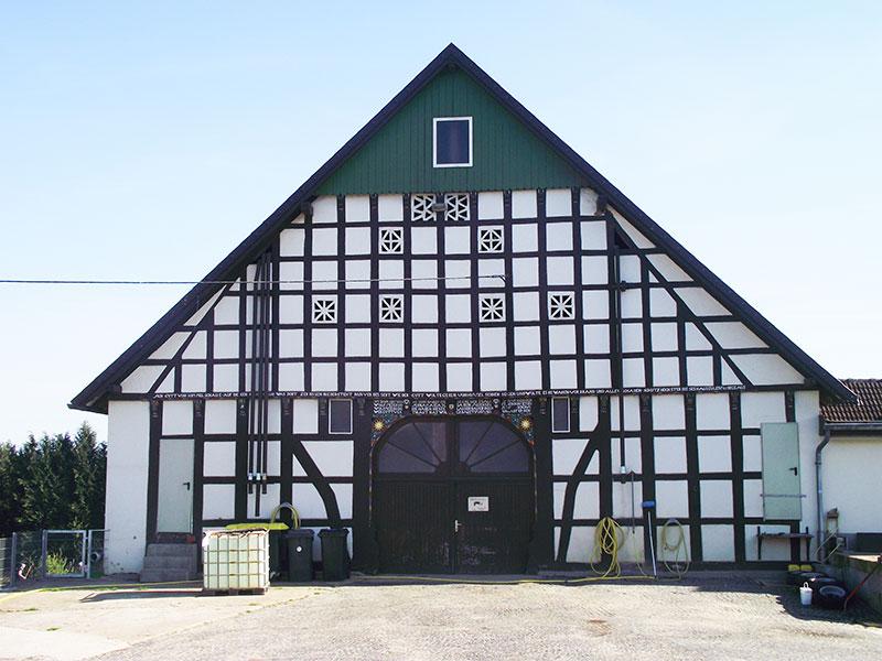 Gebaut im Jahre 1803 prägt dieses Gebäude unsere Hofstelle
